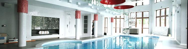 nowoczesne wnętrze hali z basenem